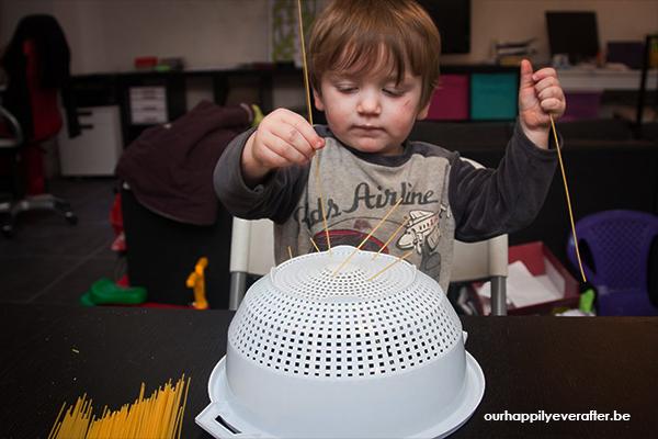sensorisch-spelen-met-spaghetti-vergiet-sensopatisch-1