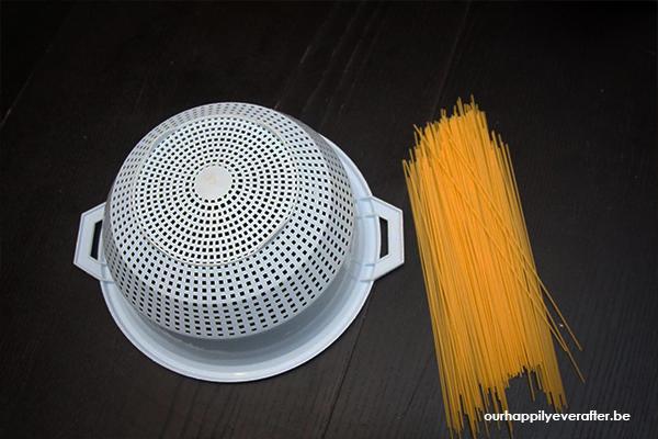 sensorisch-spelen-met-spaghetti-vergiet-sensopatisch-benodigdheden