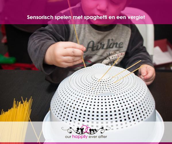 sensorisch-spelen-met-spaghetti-vergiet-sensopatisch