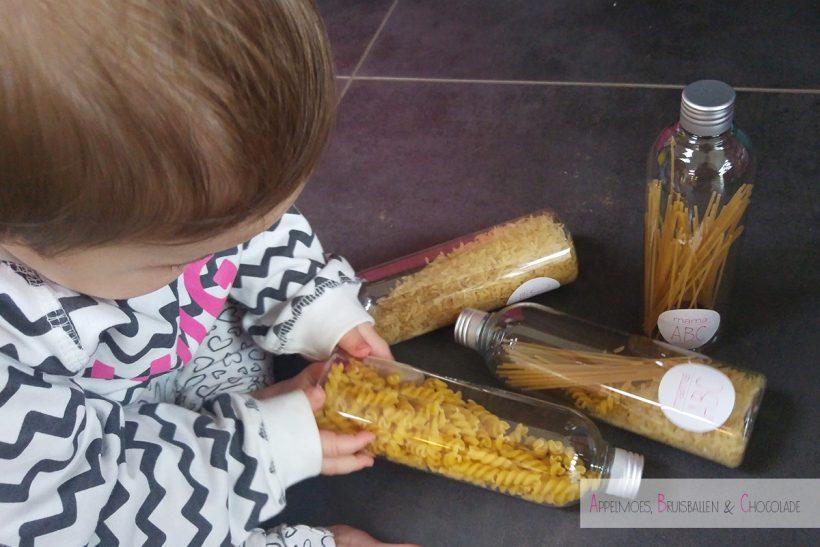 Sensory Bottles maken met spaghetti, rijst en spirelli diy speelgoed appelmoes bruisballen chocolade mamaabc mama blog
