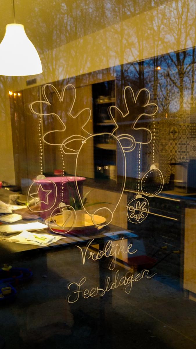 Krijttekening op raam voor kerst