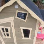 Nieuw speelhuisje in de tuin