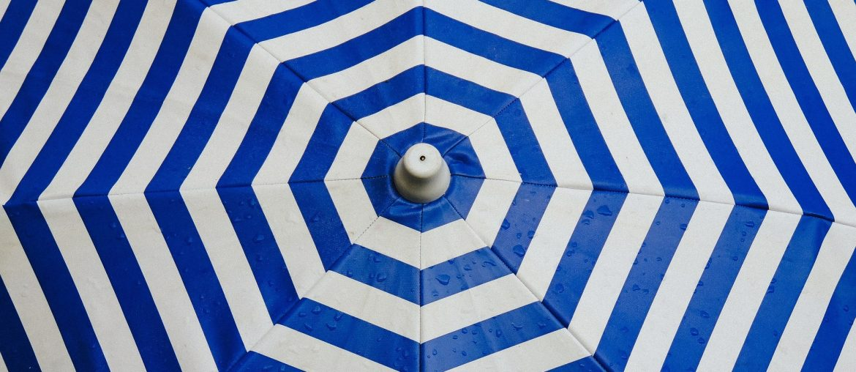 Bescherm jezelf tegen de lentezon, doe dat met een parasol.